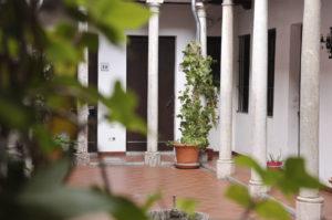 home_granada_patio_desenfoque_columnas
