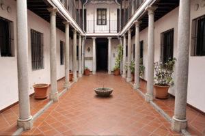 home_granada_patio_fuente_columnas