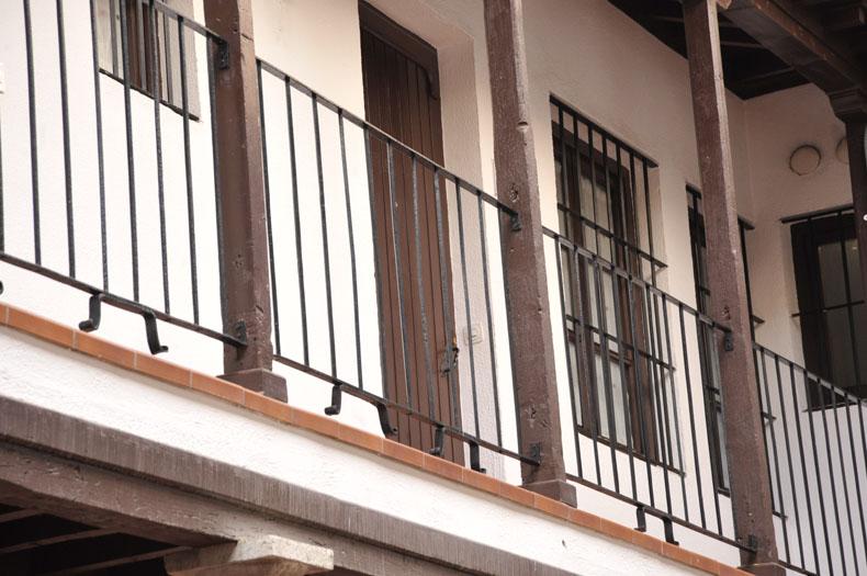 home_granada_patio_piso_dos_columnas