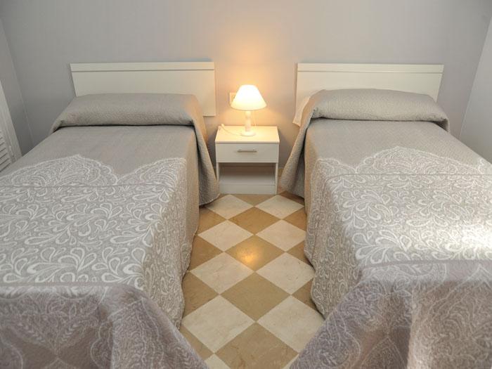 https://homegranada.com/wp-content/uploads/2018/10/apartamento_camas_individuales_2.jpg